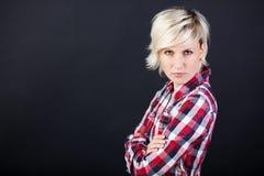 Mulher loura nova irritada fotografia de stock