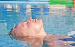 Mulher loura nova na piscina fotos de stock