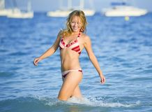 Mulher loura nova na praia imagens de stock