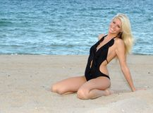 Mulher loura nova no pensamento na praia Fotos de Stock Royalty Free