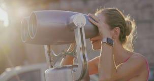 A mulher loura nova olha no vista-vidro filme