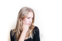 Mulher loura nova pensativa no branco Fotos de Stock Royalty Free