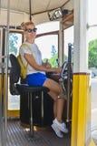 Mulher loura nova que conduz um bonde número 28 Bonde amarelo famoso do elevador Fotografia de Stock