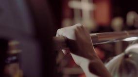 A mulher loura nova que faz pesos malha no gym vídeos de arquivo