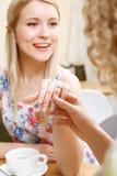 Mulher loura nova que mostra sua aliança de casamento Foto de Stock