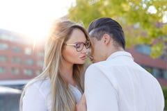 A mulher loura nova sussurra para equipar fora a declaração do amor foto de stock royalty free