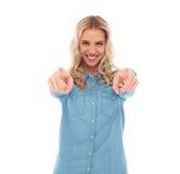 Mulher loura ocasional feliz que aponta seus dedos Imagem de Stock