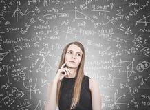 Mulher loura pensativa, fórmula fotografia de stock