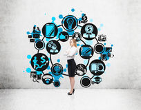 Mulher loura perto dos círculos de ícones do negócio Imagem de Stock Royalty Free