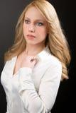 Mulher loura profissional bonita na camisa branca Fotos de Stock