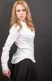 Mulher loura profissional bonita na camisa e na saia brancas Imagem de Stock Royalty Free