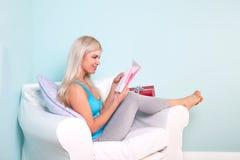 Mulher loura que abre um cartão de aniversário Fotos de Stock Royalty Free