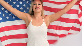 Mulher loura que guarda uma bandeira dos EUA vídeos de arquivo