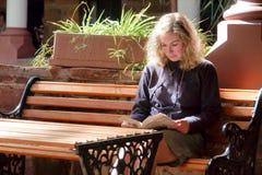 Mulher loura que lê um livro foto de stock royalty free