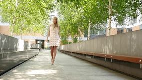 Mulher loura que levanta no vestido elegante, tiro exterior vídeos de arquivo