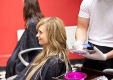 Mulher loura que morre seu cabelo Imagens de Stock