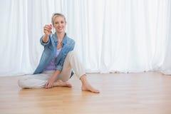 Mulher loura que mostra chaves da casa nova Fotografia de Stock