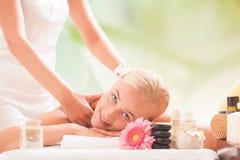 mulher loura que obtém uma massagem imagens de stock royalty free