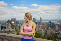 Mulher loura que olha a arquitetura da cidade do centro da skyline de Montreal imagem de stock