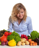 Mulher loura que olha legumes frescos Foto de Stock