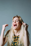 Mulher loura que ri para fora ruidosamente Fotos de Stock