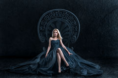 Mulher loura que senta-se no trono foto de stock royalty free