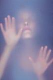 Mulher loura que toca no vidro geado fotos de stock royalty free