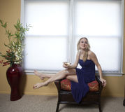 A mulher loura relaxa imagens de stock