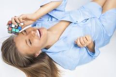 Mulher loura sensual e bronzeada que joga com cubo Fotos de Stock