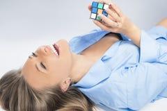Mulher loura sensual que joga com cubo Foto de Stock