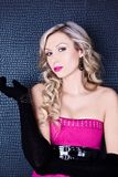 Mulher loura 'sexy', bonita e nova Modelo com bordos cor-de-rosa imagens de stock