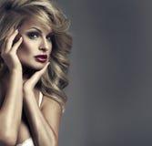 Retrato do estilo da moda da mulher delicada imagem de stock