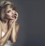 Retrato do estilo da moda da mulher bonita fotografia de stock