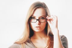 Mulher loura 'sexy' com os vidros isolados Fotografia de Stock Royalty Free