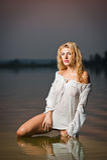 Mulher loura 'sexy' na blusa branca em uma água do rio Imagem de Stock