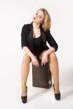 Mulher loura 'sexy' na mala de viagem velha fotos de stock