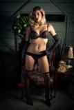 Mulher loura 'sexy' na roupa interior preta Fotografia de Stock Royalty Free