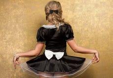 Mulher loura 'sexy' no vestido preto sedutor fotografia de stock royalty free