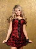 Mulher loura 'sexy' no vestido sedutor vermelho fotos de stock