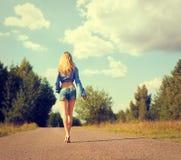 Mulher loura 'sexy' que anda afastado Imagem de Stock