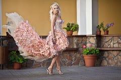 Mulher luxuosa bonita no vestido de casamento Fotos de Stock