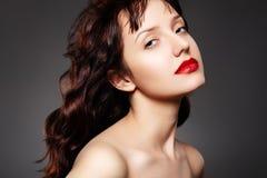 Mulher luxuosa com composição da noite e cabelo longo Foto de Stock Royalty Free
