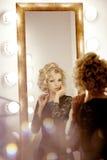 Mulher luxuosa com e espelho Fotos de Stock Royalty Free