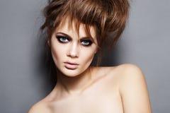Mulher luxuosa da forma com cabelo tousled e composição Fotos de Stock