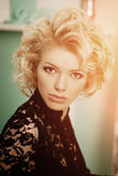 A mulher luxuosa rica da beleza gosta de Marilyn Monroe Fashiona bonito Imagens de Stock