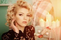 A mulher luxuosa rica da beleza gosta de Marilyn Monroe Fashiona bonito Fotografia de Stock