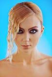 Mulher luxuoso bonita no fundo roxo Fotos de Stock