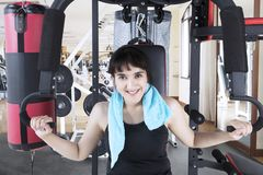 Mulher média dos orientais com uma máquina do peso Imagens de Stock Royalty Free