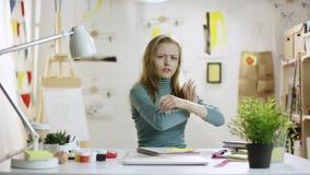 Mulher média nova que joga em torno do papel video estoque