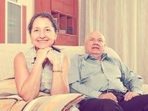 Mulher madura alegre contra o homem idoso imagem de stock